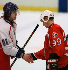 Jagr and Gretzky shake hands post game. (Photo: Kathy Willens)