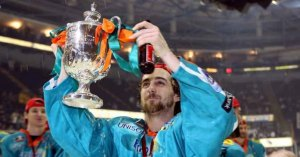 Legue_Lifts_the_Trophy